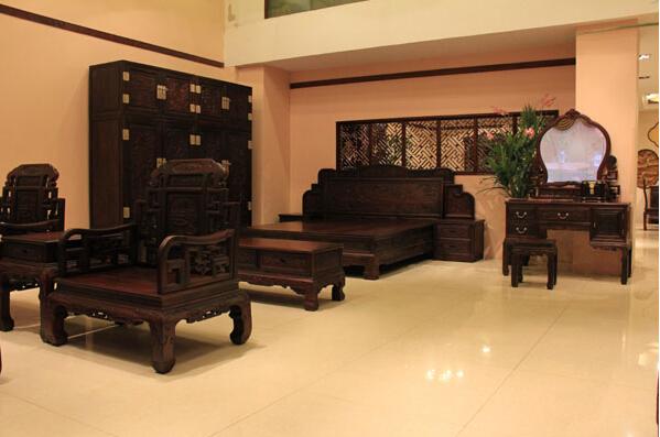 购买红酸枝中式家具黑料好还是红料好