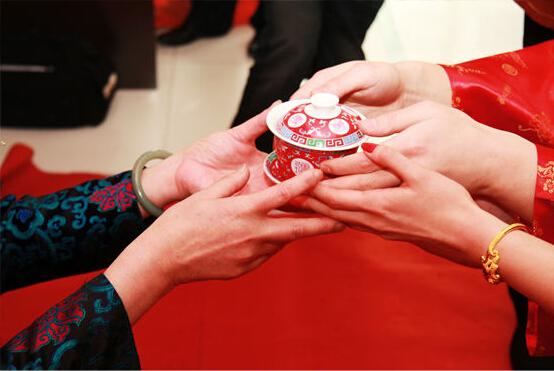 传统中式婚礼中的茶文化蕴含着特殊的亲人情结