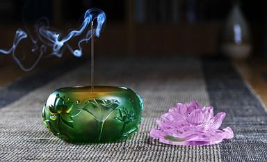 在五彩琉璃香炉的青烟里追忆古朴清澈思绪