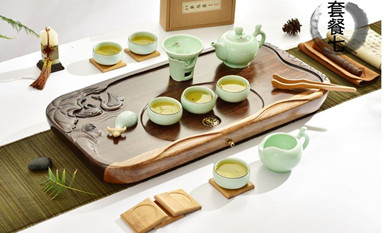 青瓷茶具熔铸了千古春色的自然之美