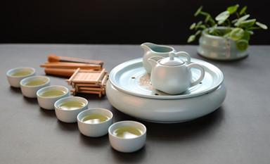 青瓷茶具携带素雅的色彩展示着自然的极致之美
