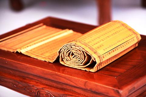 古典书房几案之上一方竹简铺陈  彰显一派文人韵致雅情