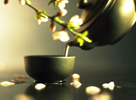 于清明淡雅的中式装修茶馆中细品香韵,渐生禅心
