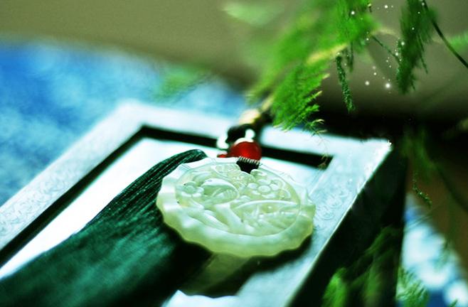 中式空间玉雕配饰  光影盈动绽玉华,清韵袅袅展冰姿